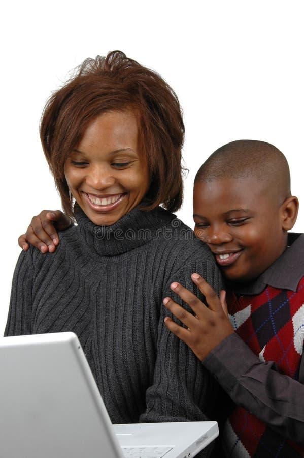 Mère et fils regardant une Co photos libres de droits