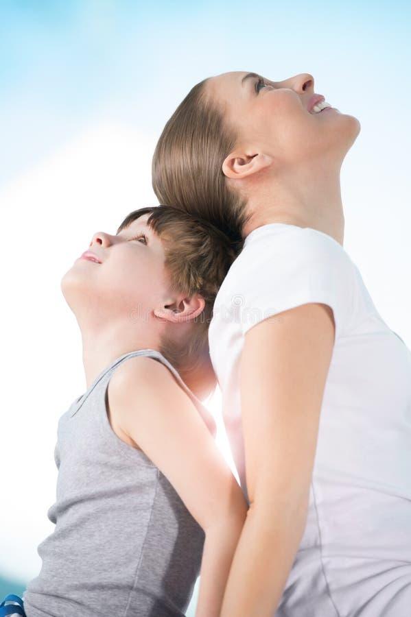 Mère et fils regardant vers le haut photo libre de droits