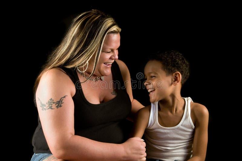 Mère et fils riant ensemble photo libre de droits