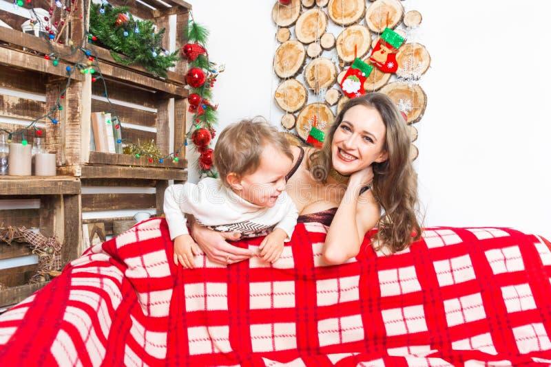 Mère et fils se préparant à Noël photo stock