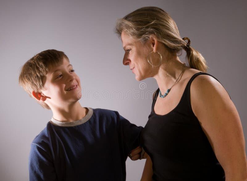 Mère et fils se taquinant image stock