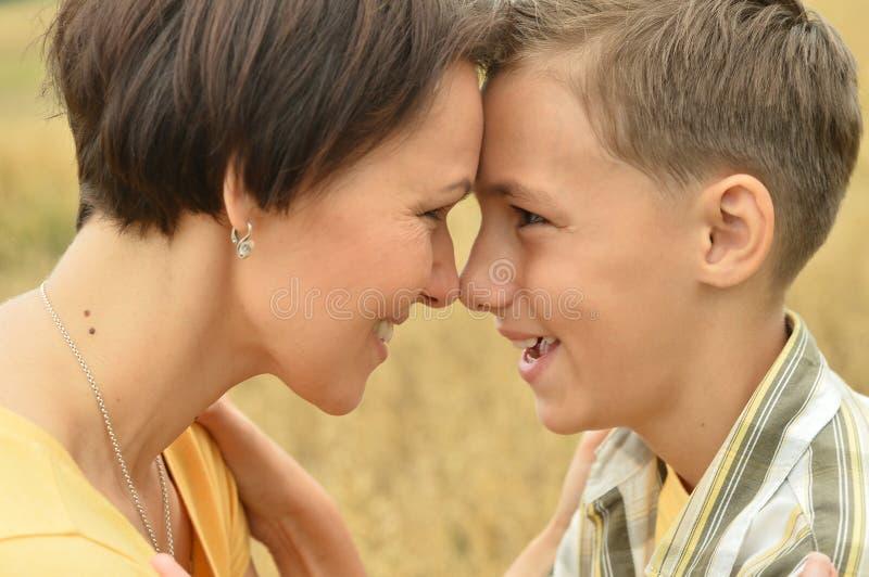 Mère et fils se tenant face à face photos stock