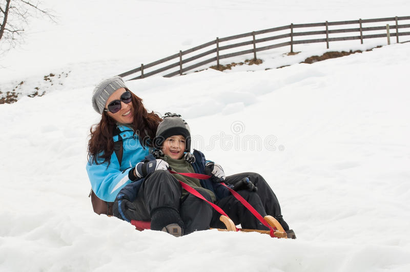 Mère et fils sledging image stock