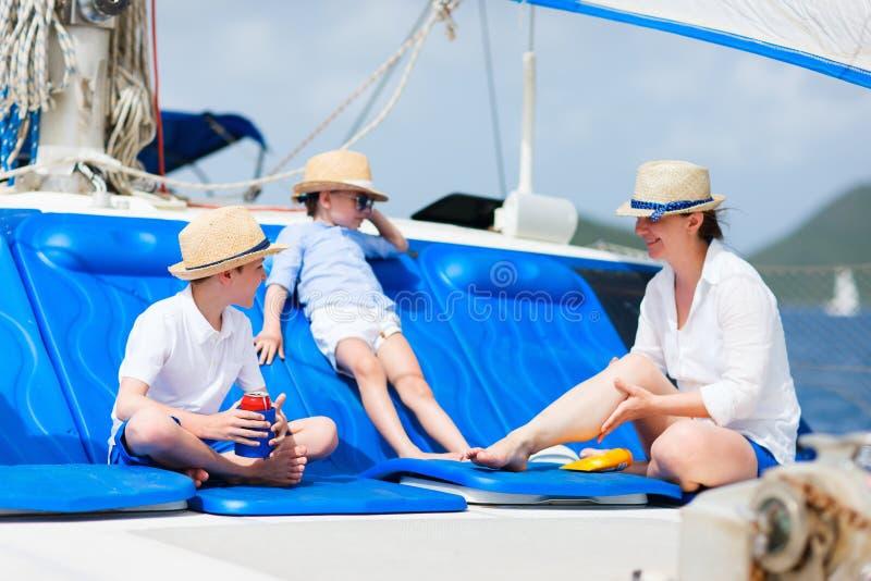 Mère et gosses au yacht de luxe images libres de droits