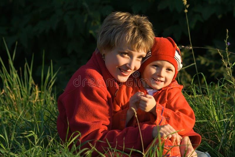 Mère et l'enfant sur la promenade photos stock