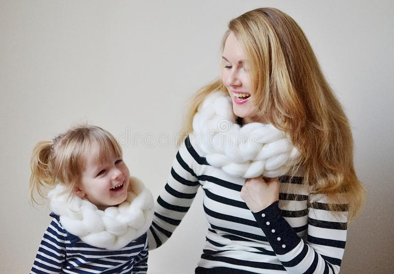 Mère et la petite fille dans l'écharpe, regard de famille photos stock