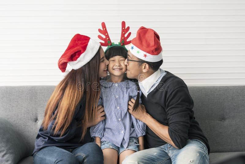 Mère et père asiatiques de famille avec la fille heureuse et le baiser images libres de droits