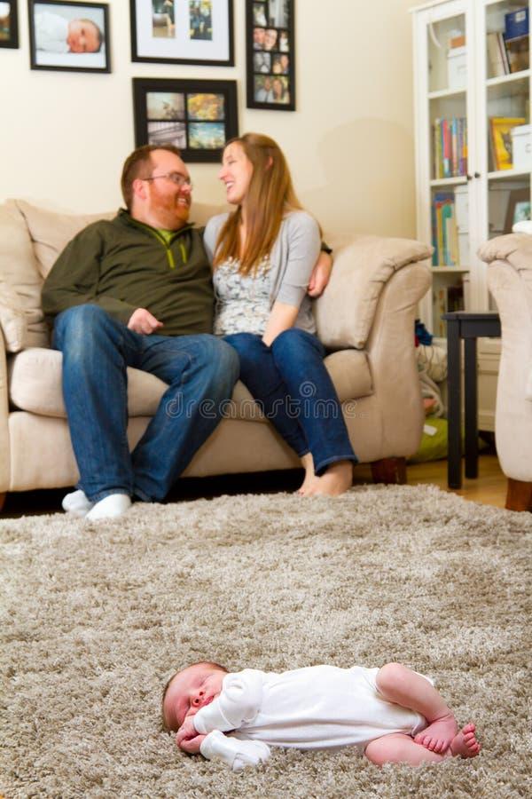 Mère et père heureux avec nouveau-né photographie stock libre de droits