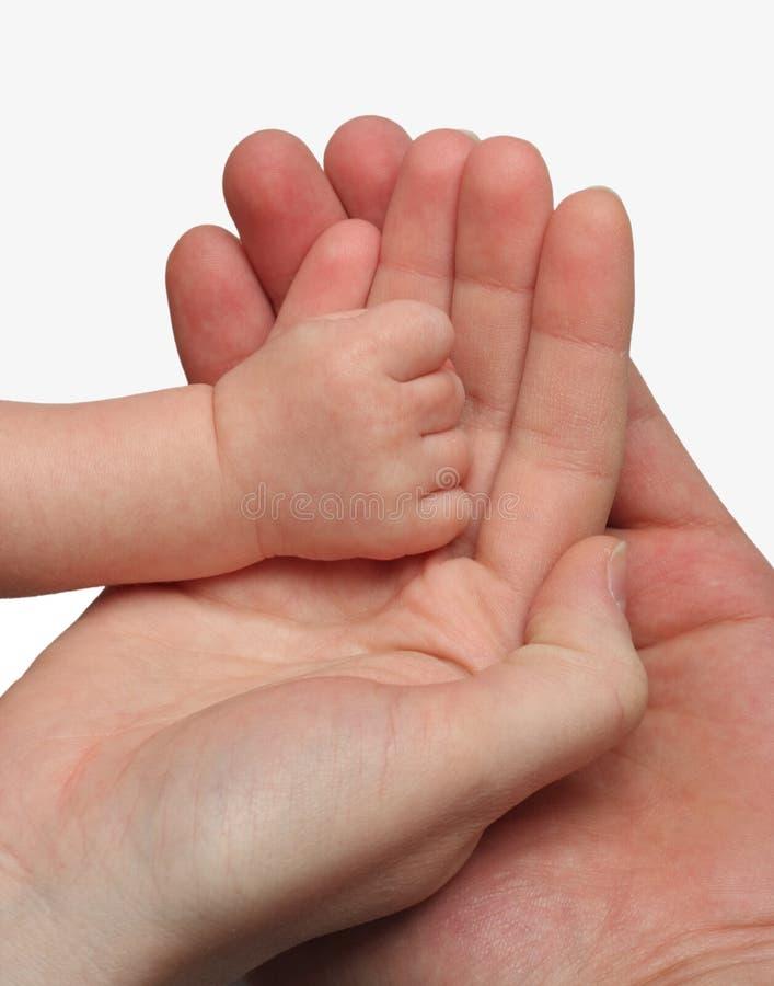 Mère et père retenant la main de leur enfant images stock