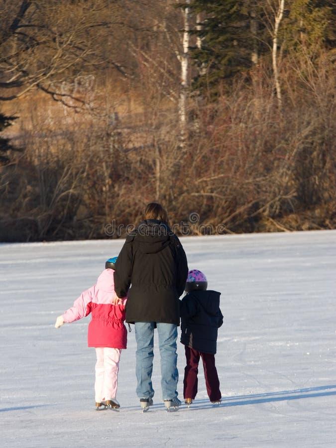 Mère et patinage d'enfants image stock