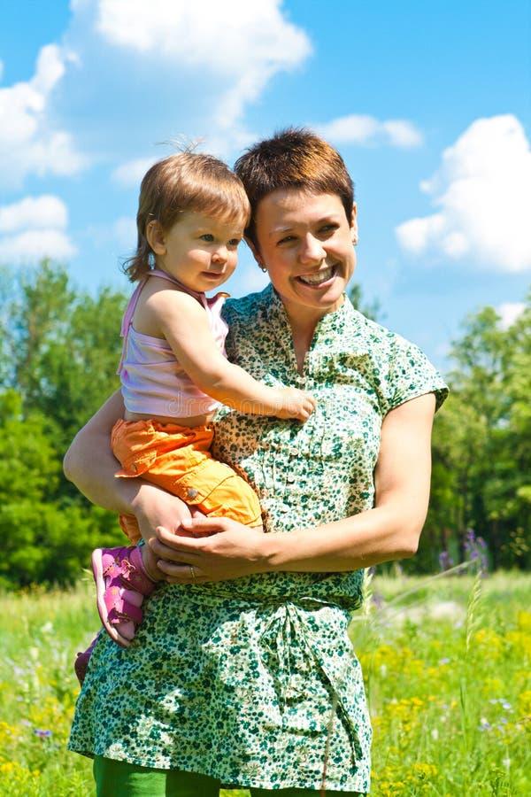 Mère et petit descendant photos libres de droits