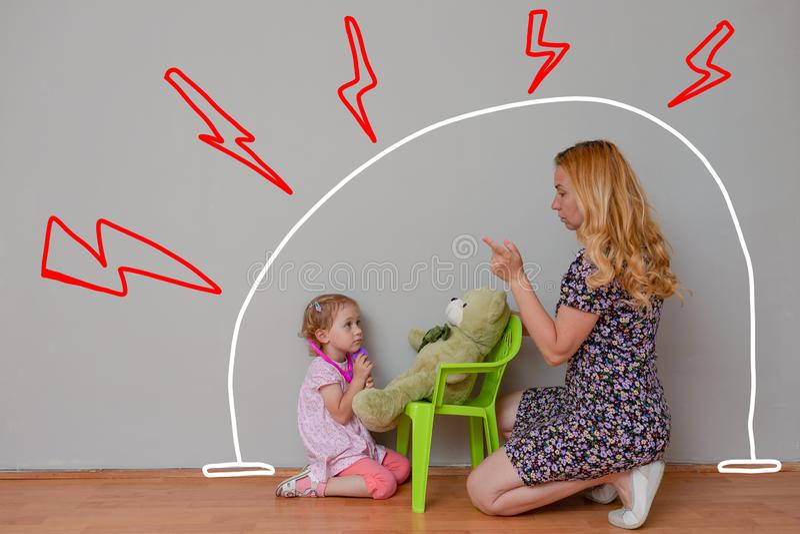 Mère et petit docteur de jeu de fille avec l'ours de jouet Protectrices, compassion et la vérification de tout fonctionne correct image stock