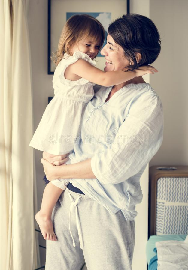 Mère et petite fille détendant à la maison images stock