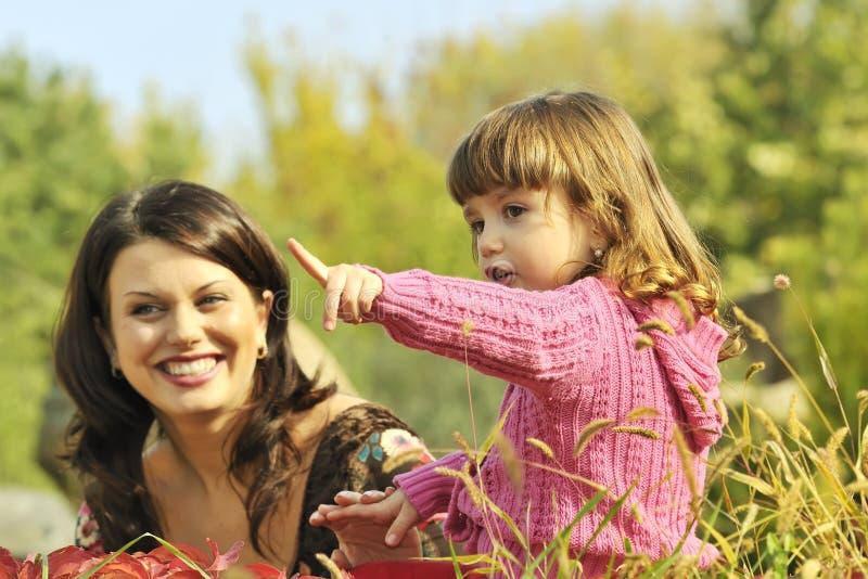 Mère et petite fille en stationnement image libre de droits