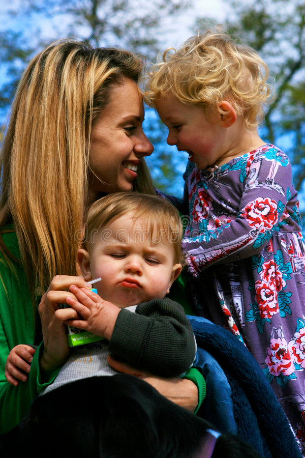 Mère et ses enfants image libre de droits