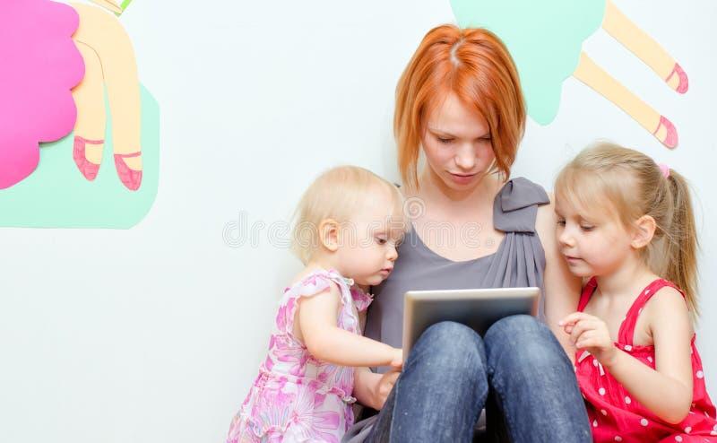 Famille utilisant le PC de comprimé image libre de droits
