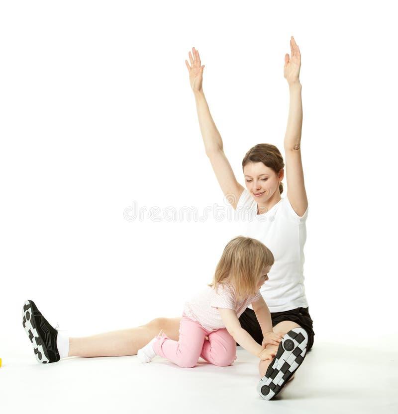 Mère et son descendant faisant des exercices de sport image libre de droits