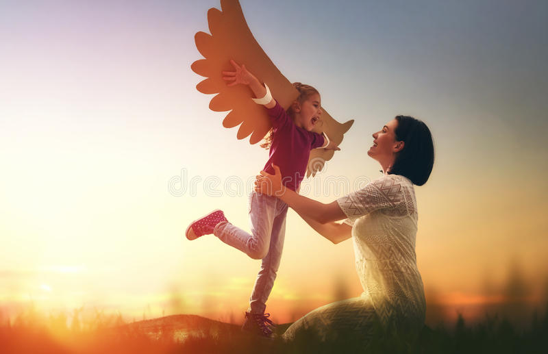 Mère et son jouer d'enfant images libres de droits
