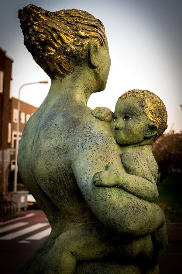 Mère et statue de Chid