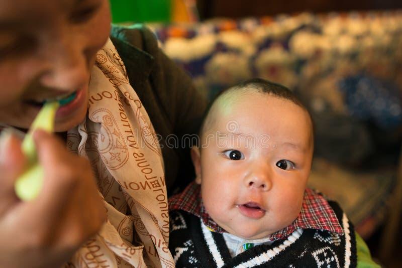 Mère et Sun, personnes tibétaines photo stock