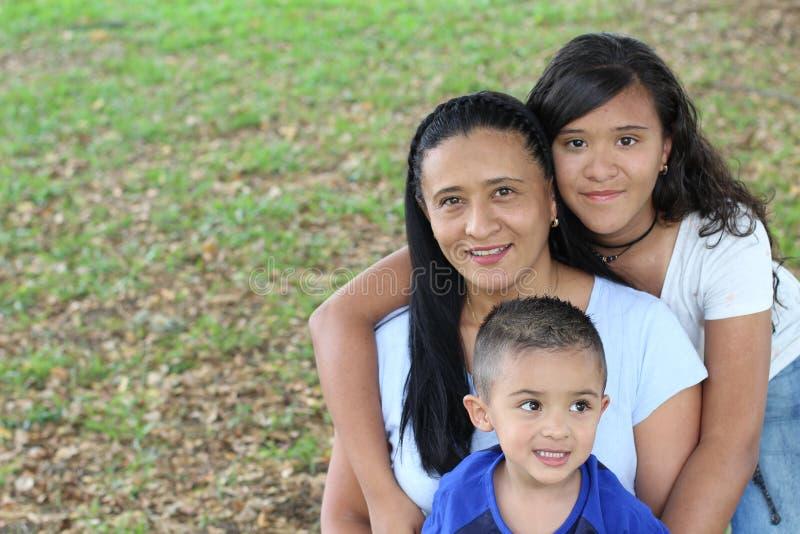 Mère ethnique simple avec deux enfants photo libre de droits