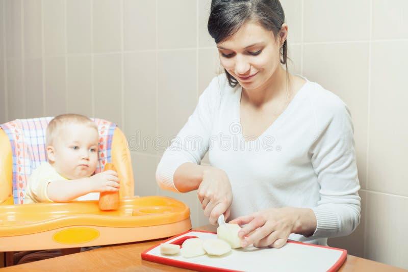 Mère faisant cuire, préparation d'aliment pour bébé photographie stock libre de droits