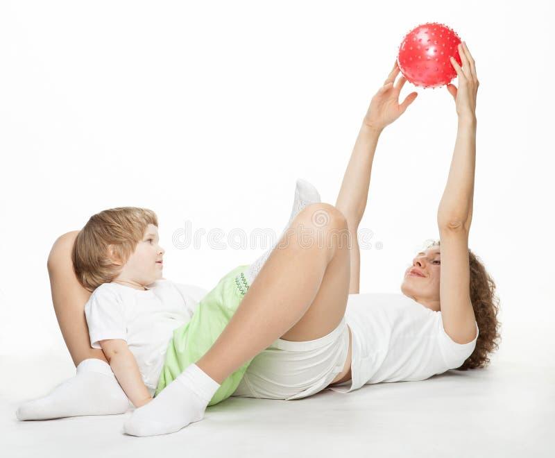 Mère faisant des exercices de sport avec le descendant photos stock