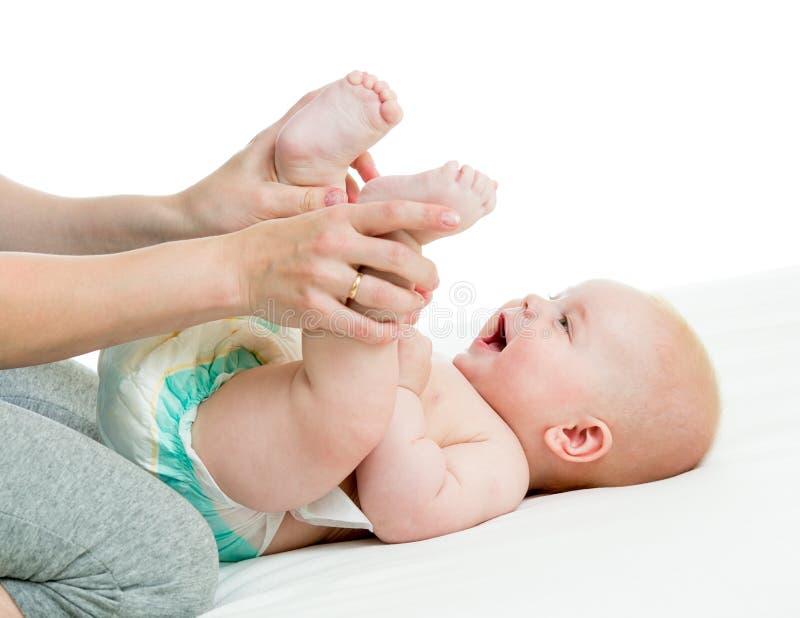 Mère faisant la gymnastique son nourrisson de bébé photo libre de droits