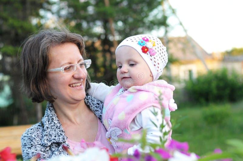 Mère gaie et bébé extérieurs photo libre de droits