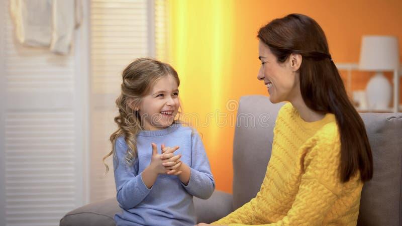 M?re gaie et fille racontant des histoires dr?les et riant, ayant l'amusement photo libre de droits