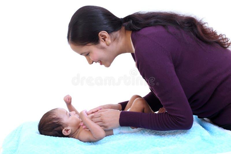 Mère gaie jouant avec nouveau-né image libre de droits