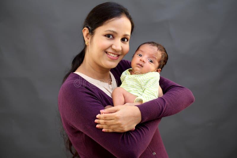 Mère gaie jouant avec nouveau-né photographie stock