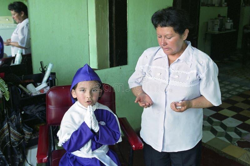 Mère guatémaltèque et fils priant à la maison images libres de droits