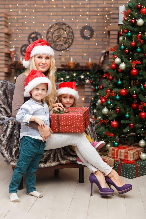 Mère heureuse avec deux enfants image libre de droits