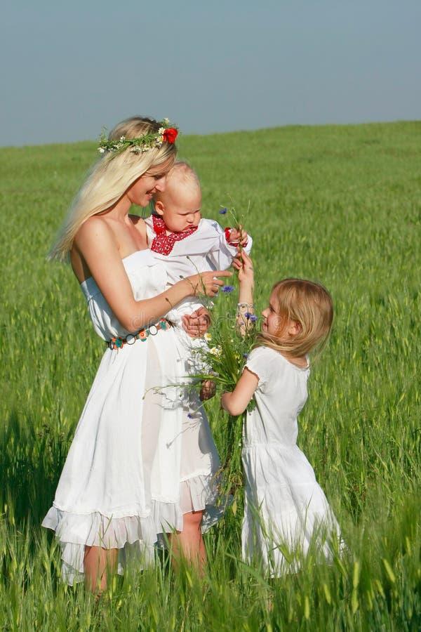 Mère heureuse avec deux enfants photographie stock libre de droits