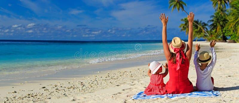 Mère heureuse avec deux enfants sur la plage photo libre de droits