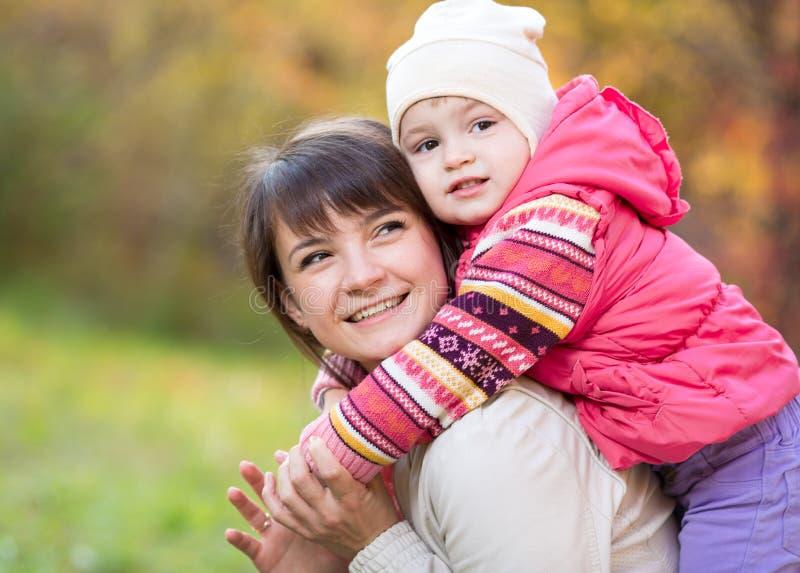 Download Mère Heureuse Avec La Fille D'enfant Extérieure En Parc D'automne Photo stock - Image du embrassement, amour: 45363962