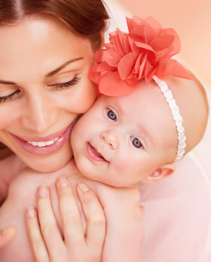 Mère heureuse avec le bébé image stock