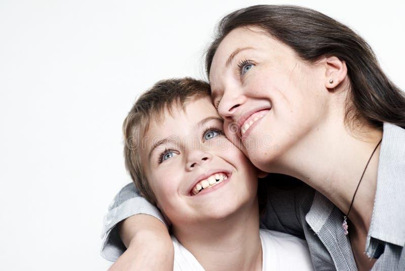 Mère heureuse avec le fils d'isolement photographie stock