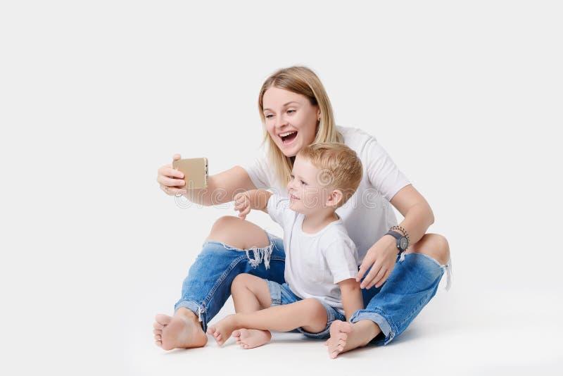 Mère heureuse avec le petit fils photographie stock libre de droits