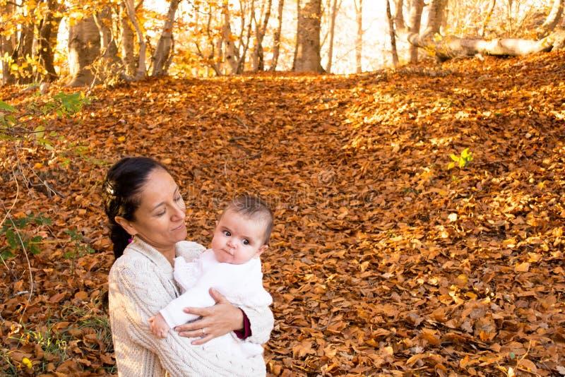 Mère heureuse avec son bébé pendant l'automne photos libres de droits