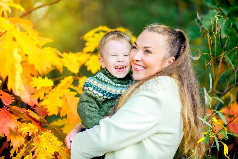 mère heureuse avec son petit goulabt de fils en parc d'automne images libres de droits