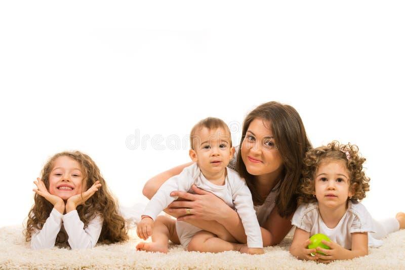 Mère heureuse avec trois enfants photo stock