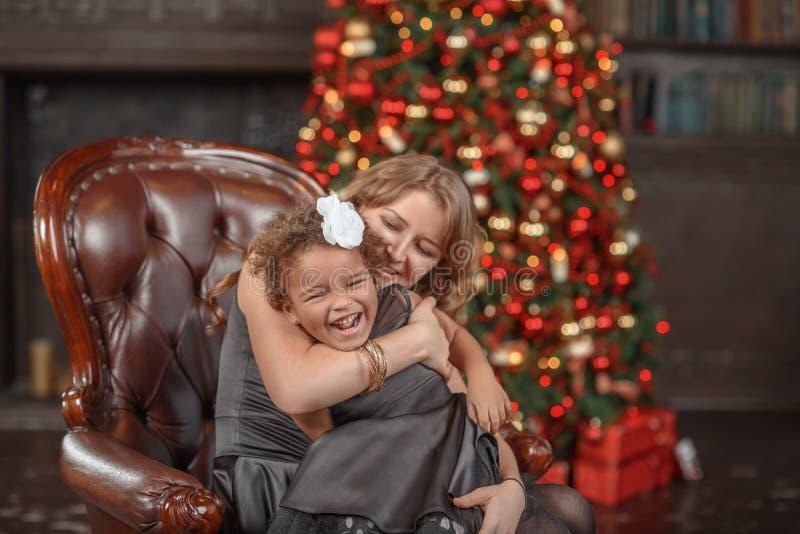 Mère heureuse de famille et fille de bébé petite jouant dans le wint images libres de droits