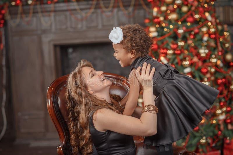 Mère heureuse de famille et fille de bébé petite jouant dans le wint photo libre de droits