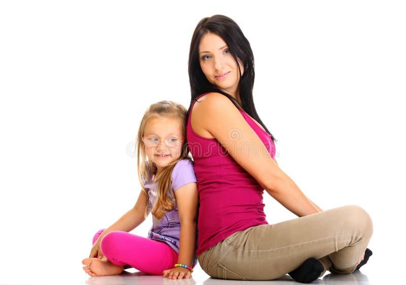 Mère heureuse de famille jouant avec sa fille image libre de droits