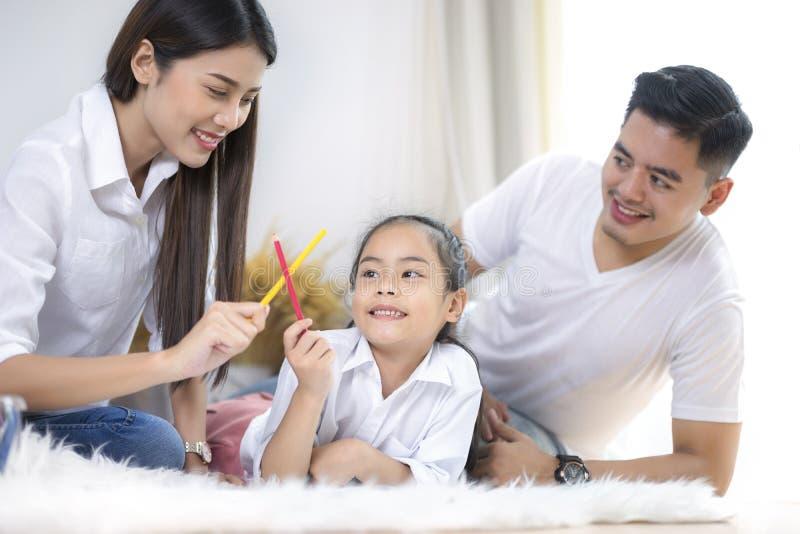 Mère heureuse de famille, père, fille d'enfant à la maison images libres de droits