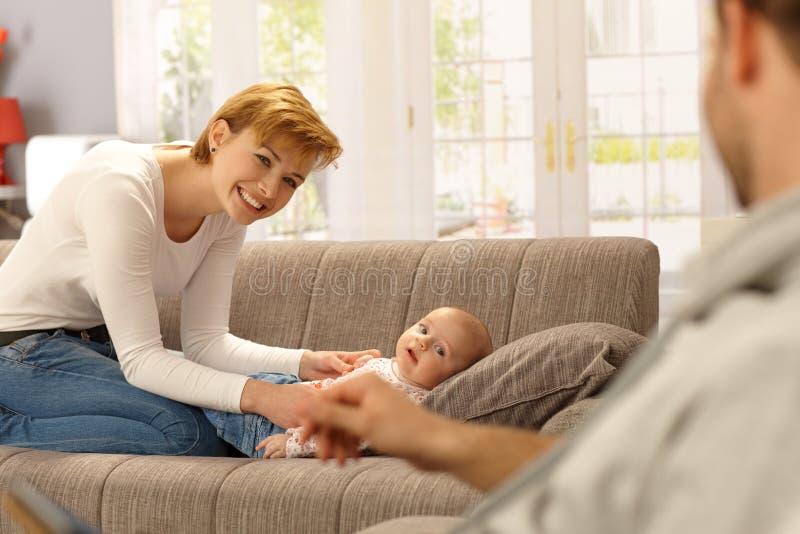 Mère heureuse et bébé regardant le père image stock
