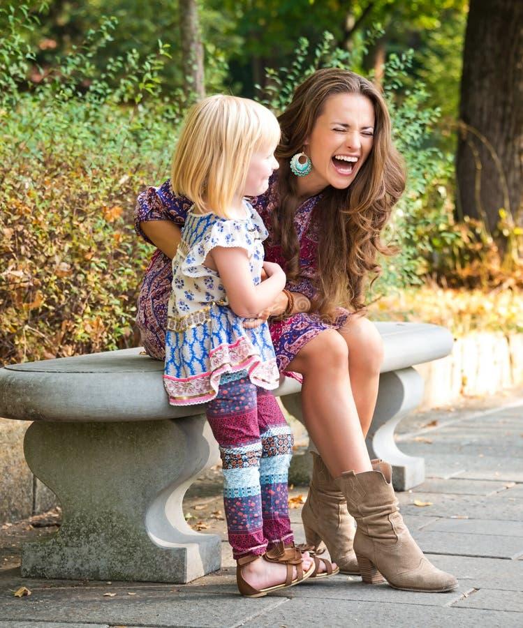 Mère heureuse et fille ayant le temps d'amusement au parc photo libre de droits