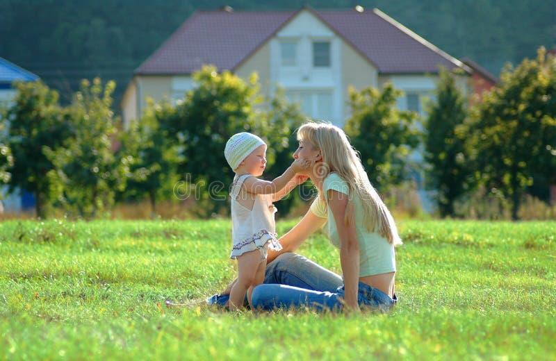 Mère heureuse et petit enfant photographie stock